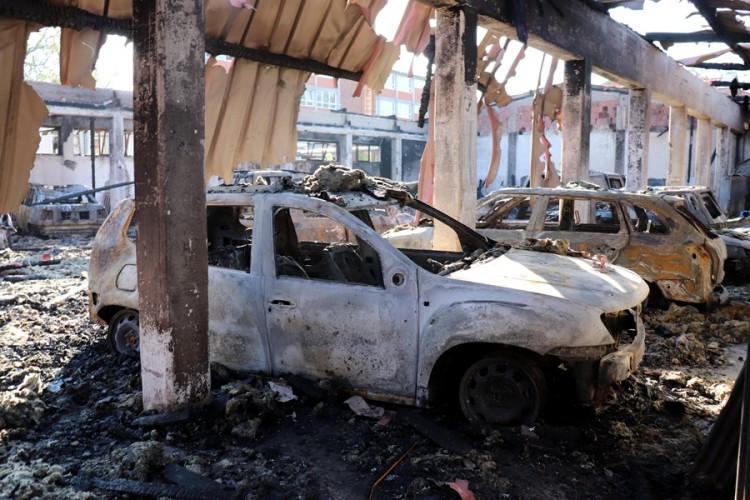 U požaru izgorjelo 14 automobila bolnice